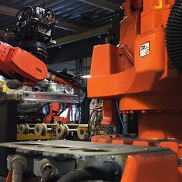 bilkaross bearbetas av monteringsrobotar