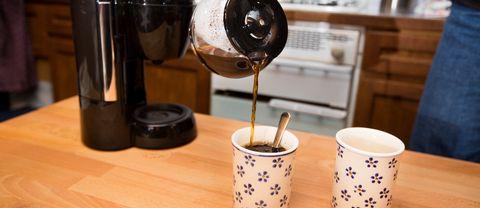 Häller upp kaffe