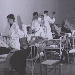 gammal bild med läkare och patienter i sal