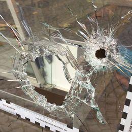 I morse upptäcktes hål i ett skyltfönster.