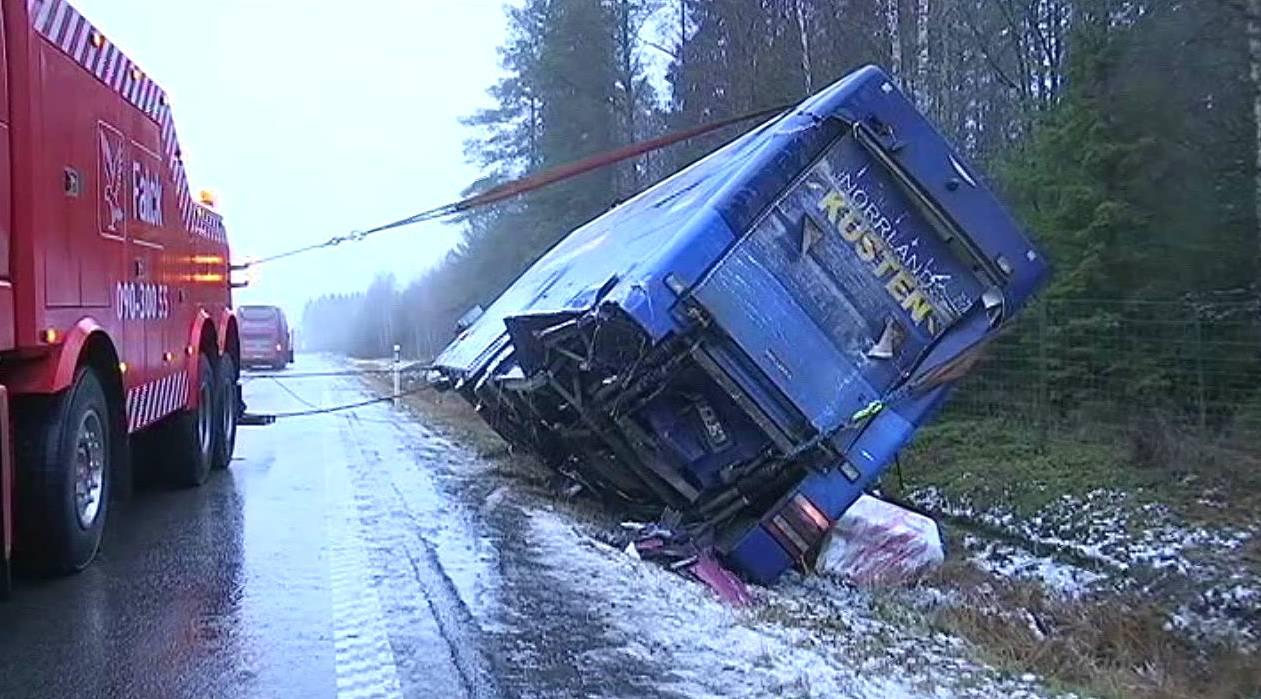 Fem fran bussolycka kvar pa intensiven