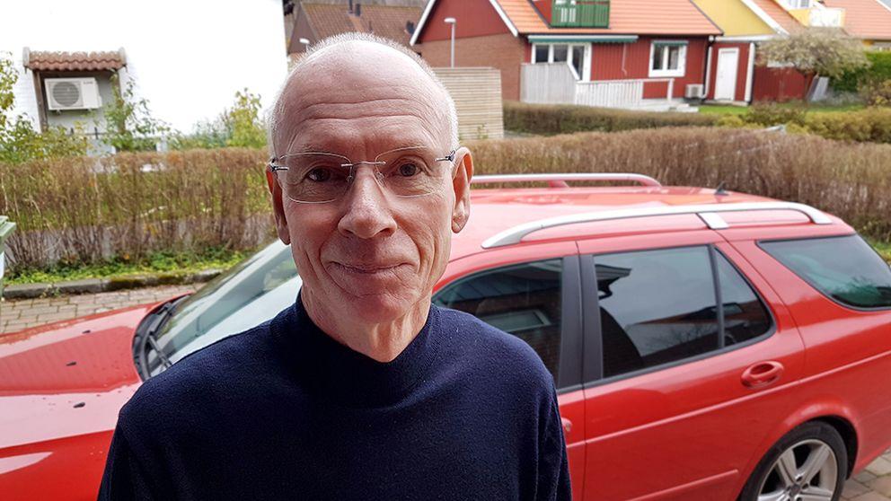 Hans-Christer Hansson står framför den röda bilen som visade sig bli dyrköpt.