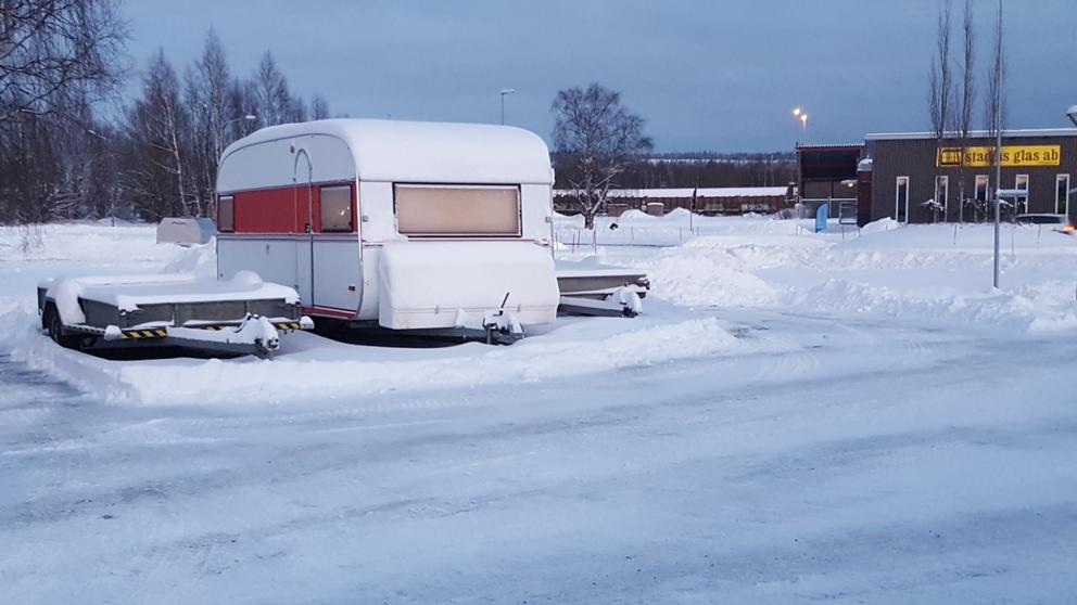 När jag åkte från Boden I fredags, så fanns här några centimeter snö. När vi kom hem i dag så var det cirka 3-4 dm snö. I Boden, Norrbotten.