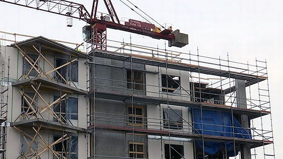 byggarbetsplats med byggställningar