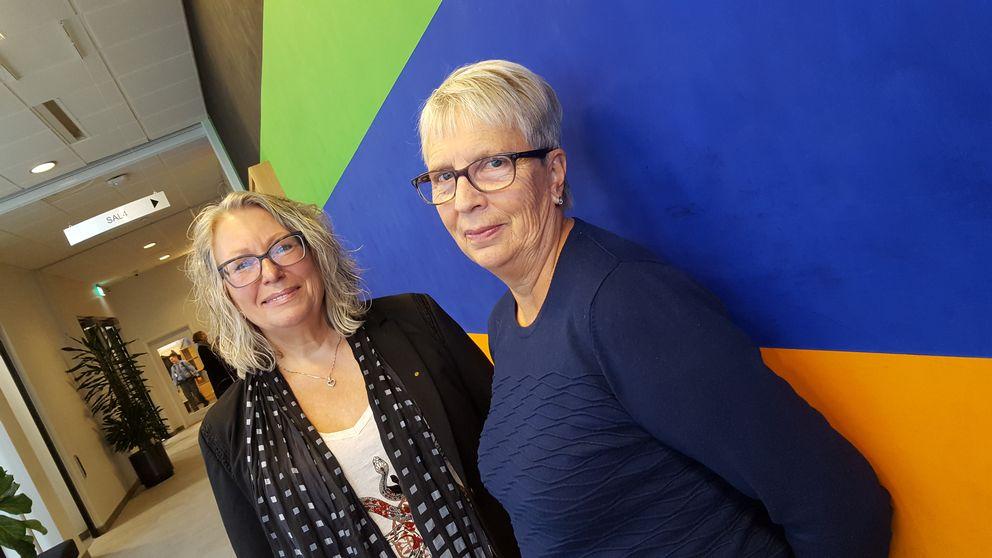 Marie-Louise Eek och Barbro Nilsson stöttar vittnen i samband med rättegång.