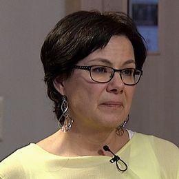 Patricie Arvidsson. Hon har mörkt kort hår, svarta glasögonbågar och en skir gul blus med en mygga fastsatt vid halslinningen.