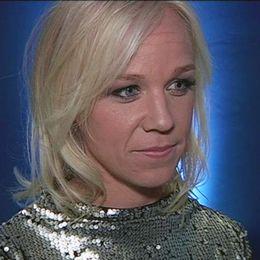 Caroline Seger framför blå bakgrund.
