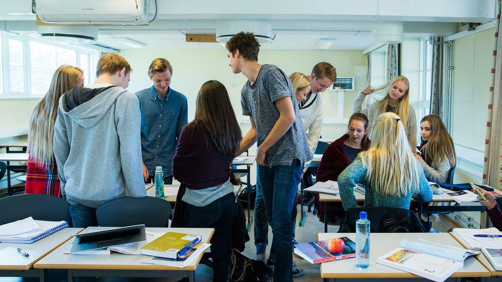 Norska gymnasieelever i ett klassrum