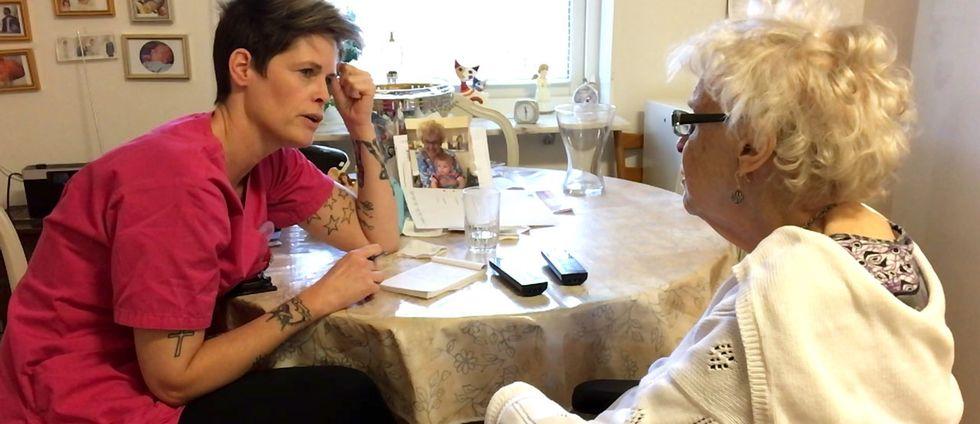 hemtjänsten på besök hos äldre kvinna, Märtha Bengtsson