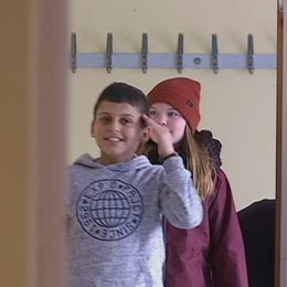 två skolbarn i en korridor