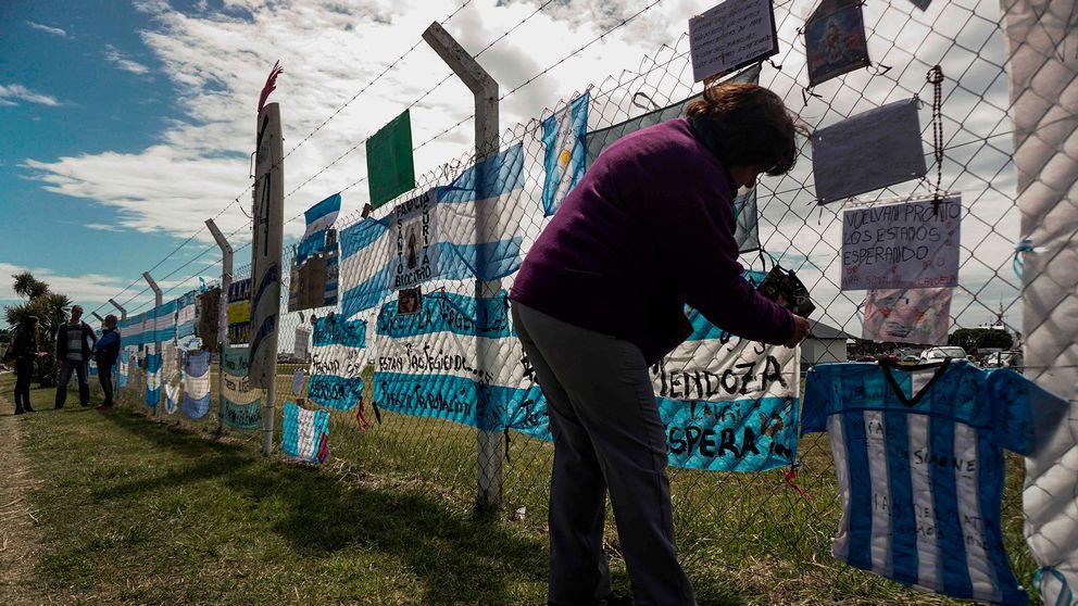 Anhöriga och invånare fäster teckningar och flaggor på stängslet runt den argentinska flottbasen i Mar de Plata, där den försvunna ubåten ARA San Juan är hemmahörande.