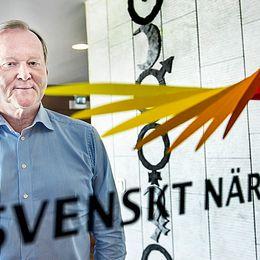 Leif Östling står vid en dörr med Svenskt näringslivs logotype.