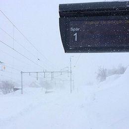En tom tågstation med mycket oväder