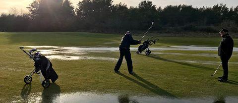 Veteranerna på Visby Golfklubb kryssar mellan tillfälliga vattenpölar.