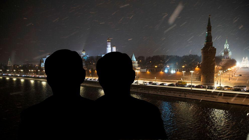 Två siluetter och vy över Moskva.