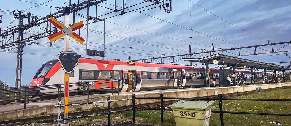 X-tåg står vid perrongen på stationen i Hudiksvall.