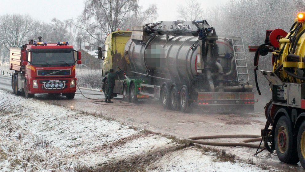 Här pågår saneringsarbetet av den tankbil som sprutat ut slaktavfall på förbipasserande bilar i Falköping.