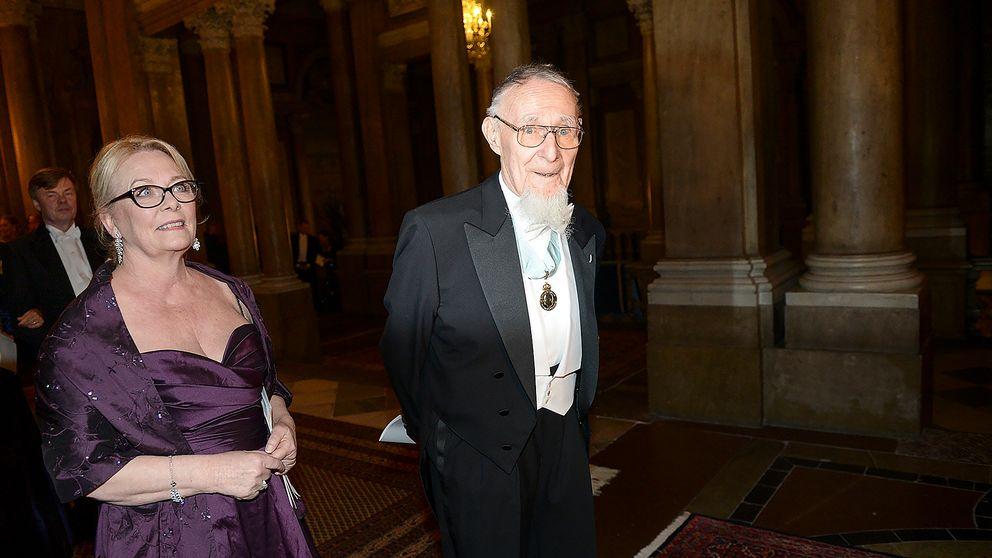 Ingvar Kamprad anländer till en representationsmiddag på Stockholms slott tillsammans med Eva Lundell Fragnière 11 februari 2015.
