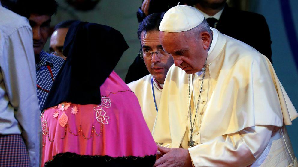 Påven på besök i Dhaka. Här träffar han en grupp flyktingar.