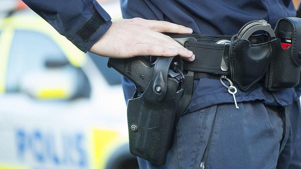En polis med sitt tjänstevapen.