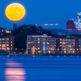 Göteborg klockan 16:15 söndag kväll 3 december och det klara vädret gjorde dagens superfullmåne rättvisa.