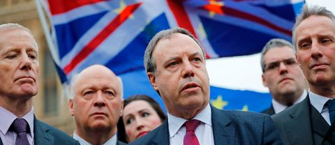 Demokratiska Unionistpartiet (DUP) biträdande ledare Nigel Dodds (C) talar till journalister utanför parlamenten i centrala London den 5 december 2017.