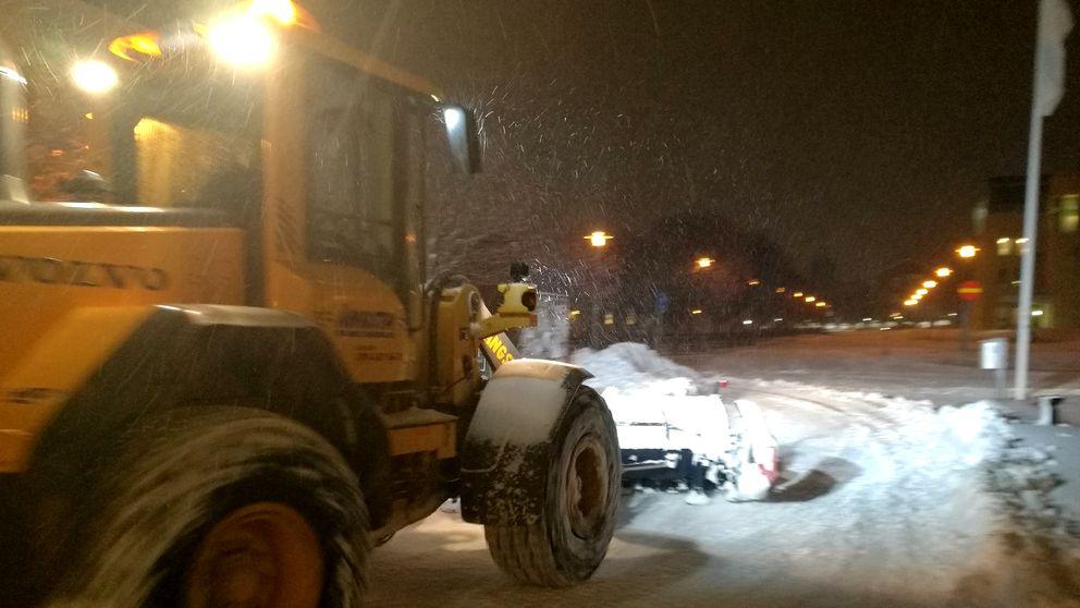 Traktor plogar snö