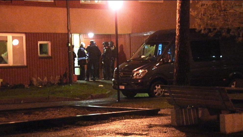 Ett explosivt föremål kastades in i en bostad i Biskopsgården.