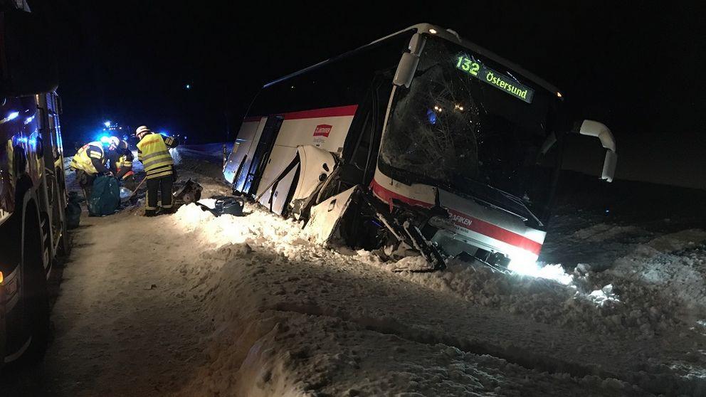 En buss med plåtskador som har kört i diket.