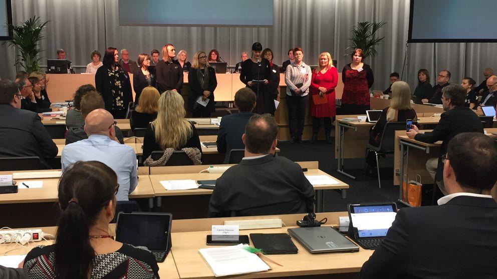 Dagens kommunfullmäktige i Göteborg började med en #Metoo-manifestation för att synliggöra sexuella övergrepp och trakasserier inom politiken.