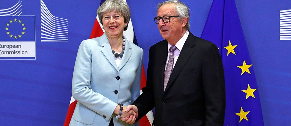 Storbritanniens premiärminister Theresa May och EU-kommissionens ordförande Jean-Claude Juncker skakar hand efter överenskommelsen.