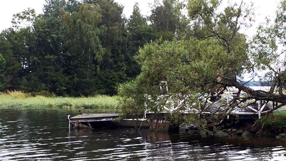 Här, nedanför bryggan, vid sommarstugan utanför Arboga hittades den 41-årige mannen död.