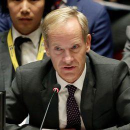 Israeliska soldater under sammandrabbningar i Ramallah och Sveriges FN-ambassadör Olof Skoog.