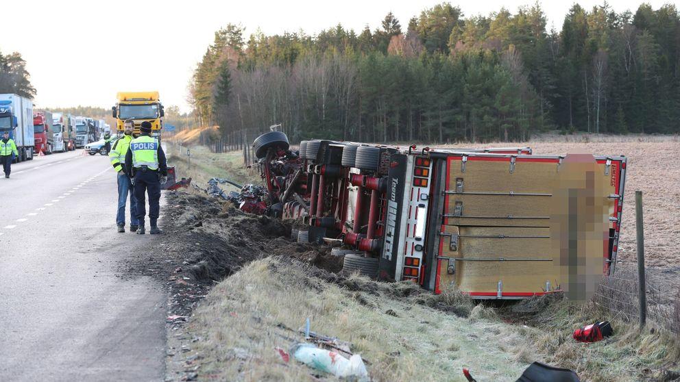 en bild på lastbilen när den ligger i diket