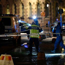 Polis utanför synagogan under natten