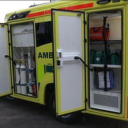 En ambulans där dörrarna står öppna