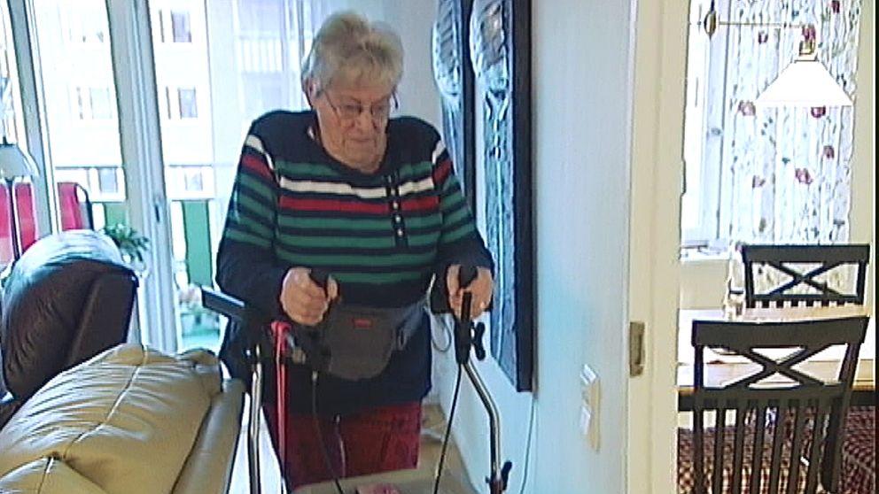 Barbro Gustafsson nekas eldriven rullstol.