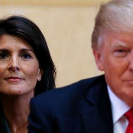 Nikki Haley står bakom Donald Trump.
