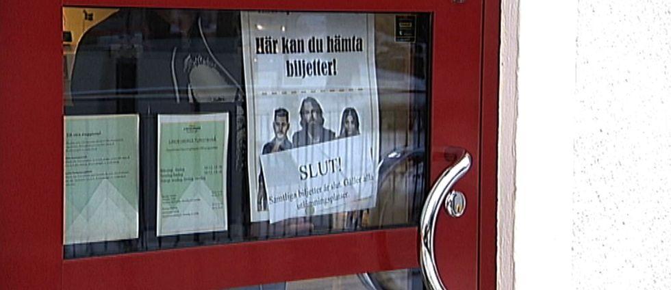 Ett plakat på en dörr inför konsert med idolvinnaren Chris Kläfford där det står att biljetterna är slut.
