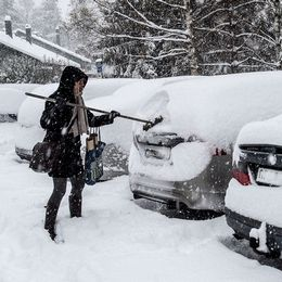 Tvådelad bild: Kvinna skottar snö från bilen, kvinna ute på promenad med hund i snökaos