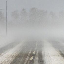 Snöig väg.
