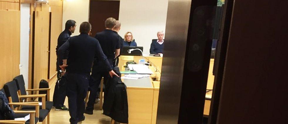 Den åtalade kommer in i rättsalen