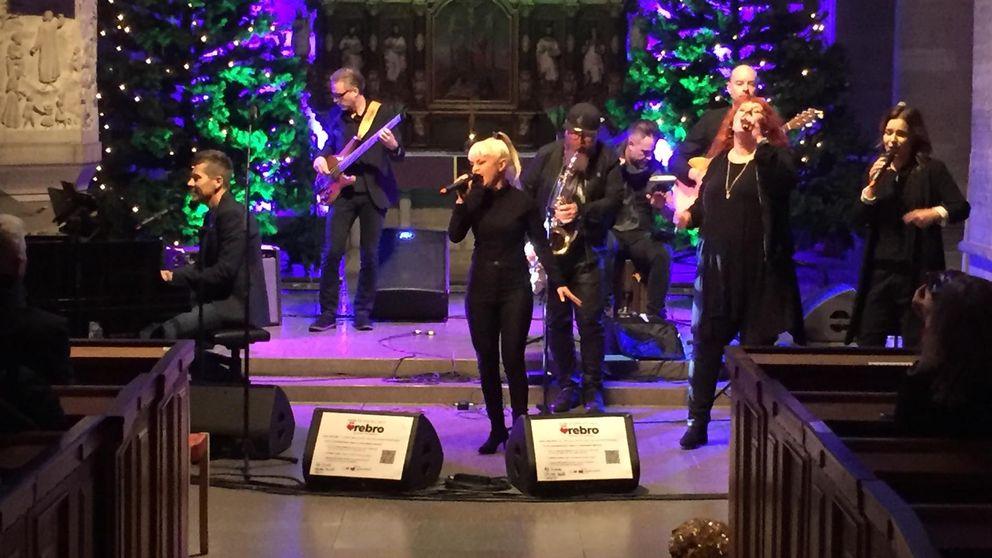 Jasmine Kara uppträder på välgörenhetskonsert i Nikolaikyrkan.