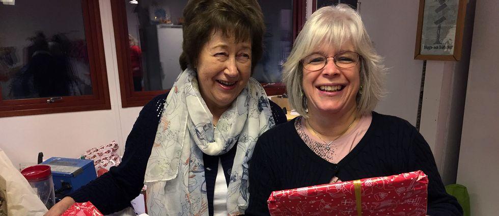 Siv Jönsson och Åsa Jönsson är två av privatpersonerna som hjälper till med Julklappshjälpen.