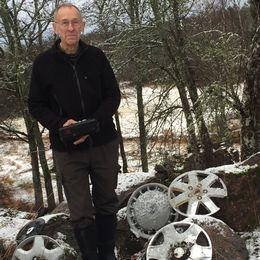 Göran Grönhammar diger samling navkapslar vid den kurva där ett 30-tal bilar genom åren har kört av vägen.