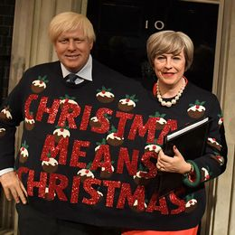 Vaxdockor av Storbritanniens utrikes- och premiärministrar Boris Johnson och Theresa May fotas med en besökare.