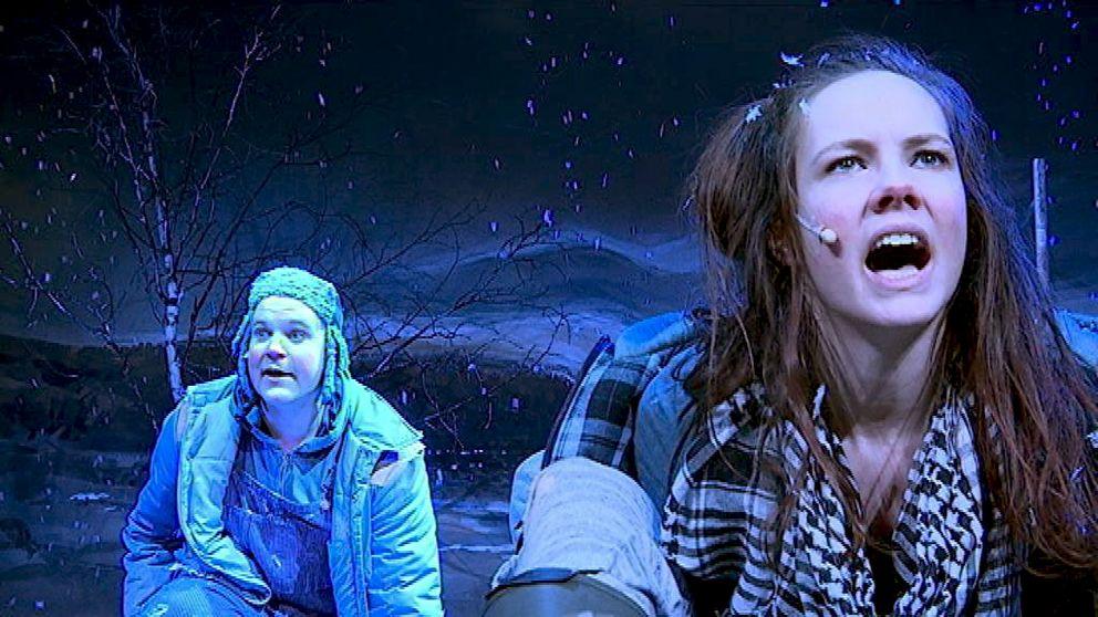"""Den sorgesamma historien om hur geten Gullspira tar några fattiga syskonen på en vådlig flykt över fjället. Barnens mor har dött, deras far har supit ihjäl sig. """"Barnen från Frostmofjället"""" – en svensk klassiker som nu spelas på Teater Västernorrland"""