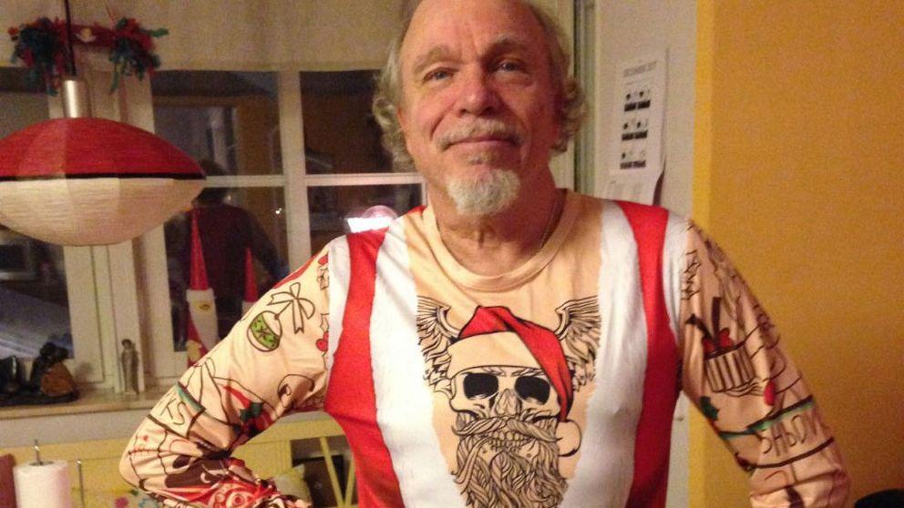 Felix Parling känner sig tuff i sin nya jultröja, hälsar Elisabeth Kristoffersson