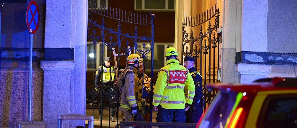 räddningspersonal och poliser vid grind