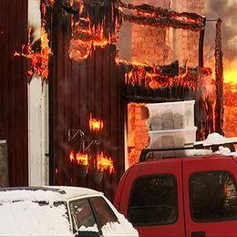 Et hus brinner. Bilden är tagen på nära håll